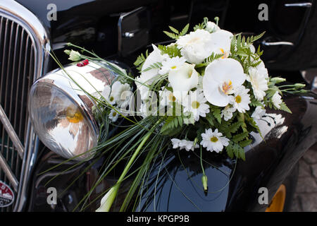 France, Midi-Pyrenees Region, Tarn Department, Albi, 1940's-era Citroen Traction-Avant car with wedding bouquet - Stock Photo
