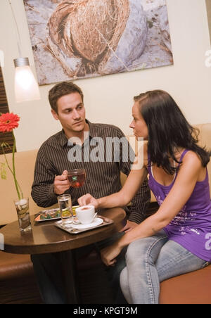 Model released , Junges Paar, 25+, sitzt im Kaffeehaus - couple in cafe - Stock Photo
