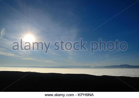 sonne und dichter nebel im tal - Stock Photo