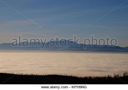 schneeberg und dichter tiefer nebel im tal - Stock Photo