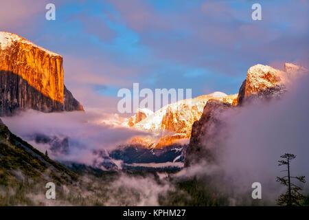 Sunset colors the classic Tunnel-View, El Capitan and Half Dome. Yosemite, California, US. - Stock Photo