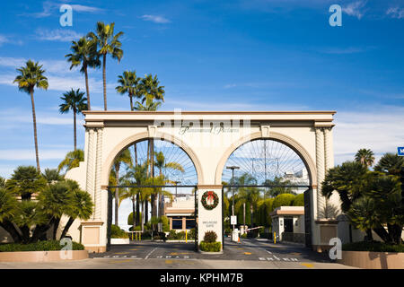 USA, California, Los Angeles. Entrance gate to Paramount Studios on Melrose Avenue. - Stock Photo