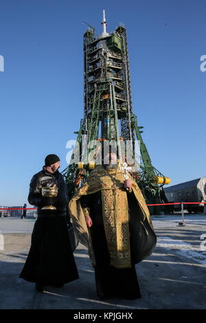 Baikonur, Kazakhstan. 16th Dec, 2017. A Russian Orthodox priest blesses the Soyuz FG rocket and the Soyuz MS 07 - Stock Photo