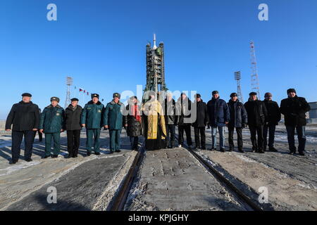 Baikonur, Kazakhstan. 16th Dec, 2017. A Russian Orthodox priest (C) and emergency service workers at a ceremony - Stock Photo