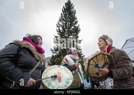 London, UK. 16th December, 2017. The Psychedelic Society play hand drums and chant spiritual tune after an eye-gazing - Stock Photo