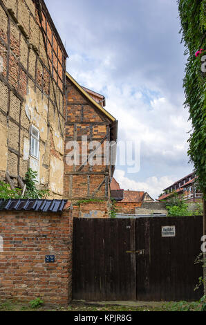 Old dilapidated backyard architecture in Hohe Strasse, Quedlinburg, Saxony-Anhalt, Germany. - Stock Photo