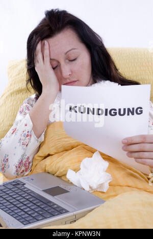 Model release , Kranke Frau im Bett mit Kuendigung in der Hand - sick woman in bed with letter of cancellation in hand