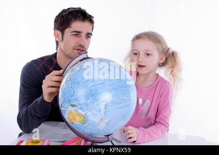 Model release , Vater und Tochter mit Globus - father and daughter with globe - Stock Photo