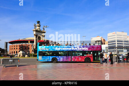 open top tourist bus, Plaça d'Espanya, Barcelona, Catalunya, Spain. - Stock Photo