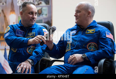 Baikonur, Kazakhstan. 16th Dec, 2017. Expedition 54 Soyuz Commander Anton Shkaplerov of Roscosmos, left, passes - Stock Photo