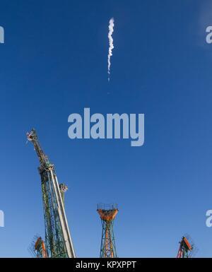 Baikonur, Kazakhstan. 17th Dec, 2017. The Russian Soyuz rocket and Soyuz MS-07 spacecraft blast off from the launch - Stock Photo