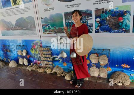 Guidance, pearl farm, Halong bay, Vietnam, Fuehrung, Perlenfarm, Halong-Bucht - Stock Photo