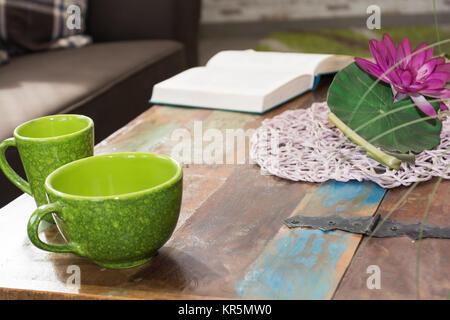 Tisch im Design einer Schatztruhe dekoriert - Stock Photo