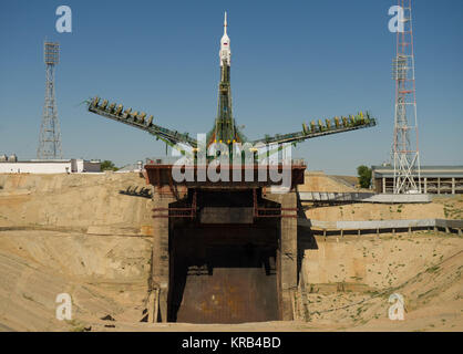 Large gantry mechanisms on either side of the Soyuz TMA-205M spacecraft are raised into position to secure the rocket - Stock Photo