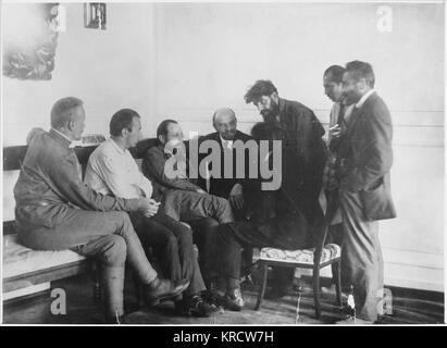 VLADIMIR LENIN Lenin in conversation with members of the 2nd congress of the Communist International (Comintern). - Stock Photo