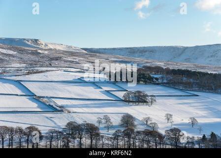 Snowy fields at Little Hayfield below Kinder Scout in the Peak District, Derbyshire, England. - Stock Photo