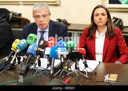 Barcelona, Spain. 20th Dec, 2017. Lawyers Diego Salmeron (L) and Montse Balague (R) and representatives of transport - Stock Photo