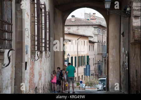 Via del Castello in Historic Centre of Colle di Val d'Elsa, Tuscany, Italy. 1 August 2016 © Wojciech Strozyk / Alamy - Stock Photo