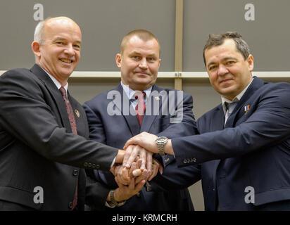Expedition 47 NASA astronaut Jeff Williams, left, Russian cosmonaut Alexei Ovchinin of Roscosmos, center, and Russian - Stock Photo