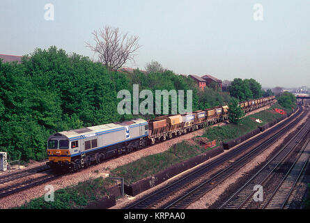 A Foster Yeoman owned class 59 locomotive  number 59004 'Yeoman Challenger' decending Acton Bank towards Acton yard - Stock Photo