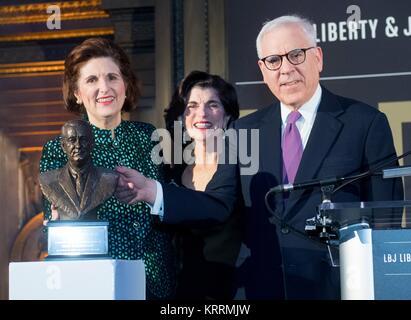 Former U.S. President Lyndon B. Johnson daughters Lynda Johnson Robb (left) and Luci Baines Johnson present Carlyle - Stock Photo