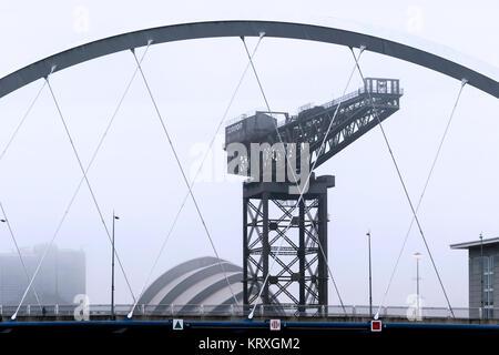 Glasgow, Scotland, UK. 21st Dec, 2017. On the shortest day of the year, temperatures in Glasgow dropped to zero causing widespread freezing fog particularly over the River Clyde at Pacific Quay and Bells Bridge and clear visibility was reduced to a few hundred metres Credit: Findlay/Alamy Live News