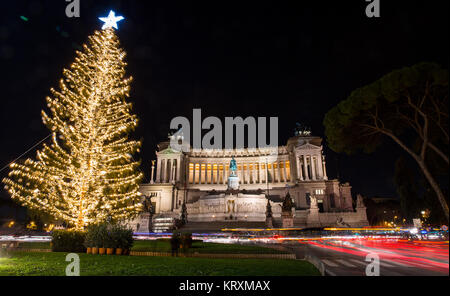 Rome. 21st Dec, 2017. Photo taken on Dec. 21, 2017 shows the Christmas tree at Venice Square in Rome, Italy. Credit: - Stock Photo
