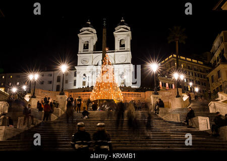 Rome. 21st Dec, 2017. Photo taken on Dec. 21, 2017 shows the Christmas tree on Spanish Steps in Rome, Italy. Credit: - Stock Photo