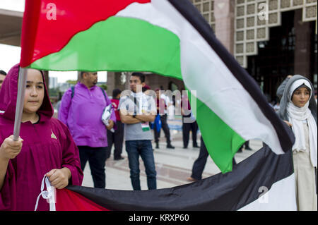 Kuala Lumpur, MALAYSIA. 22nd Dec, 2017. Palestinian girls hold Palestinian national flags during a solidarity in - Stock Photo