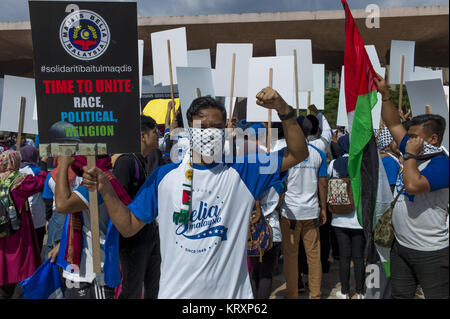 Kuala Lumpur, MALAYSIA. 22nd Dec, 2017. Malaysian muslilms hold pickets during a solidarity in Putrajaya mosque, - Stock Photo