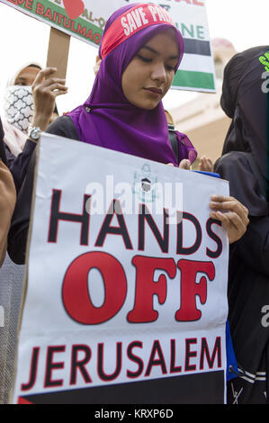 Kuala Lumpur, MALAYSIA. 22nd Dec, 2017. Malaysian muslilm women hold pickets during a solidarity in Putrajaya mosque, - Stock Photo