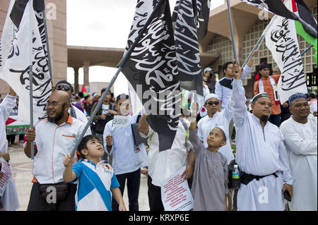 Kuala Lumpur, MALAYSIA. 22nd Dec, 2017. Malaysian muslilms hold flags during a solidarity in Putrajaya mosque, Malaysia - Stock Photo