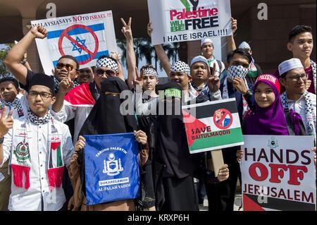 Kuala Lumpur, MALAYSIA. 22nd Dec, 2017. Malaysian muslilms hold pickets during a solidarity in Putrajaya mosque, - Stock Photo