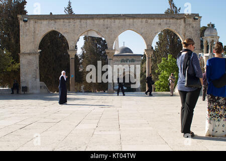 Tourists and locals watch as Israeli security services cordon off AL-Aqsa Mosque, Old City, Jerusalem. - Stock Photo