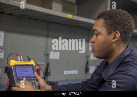ATLANTIC OCEAN (Dec. 9, 2017) Aviation Electronic's Technician Airman Chris King troubleshoots a radar altimeter - Stock Photo