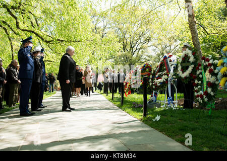 Russian Ambassador Sergey Kislyak, center, bows his head after laying a wreath at The Spirit of the Elbe marker - Stock Photo