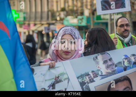 Madrid, Spain. 23rd Dec, 2017. Moroccan community in Madrid march in favor of the politic prisoners in Morocco Hirak - Stock Photo