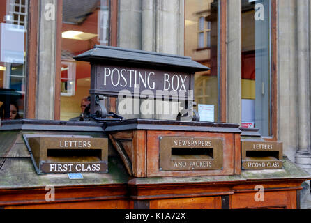 Around the University City of Oxford December 2017 Posting box - Stock Photo
