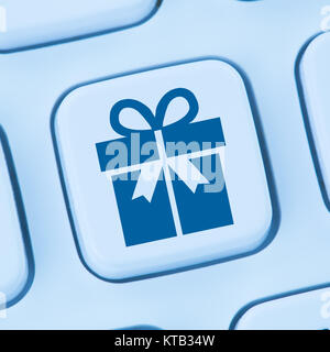 Geschenke Geschenk online Shopping einkaufen bestellen Internet blau Computer web Tastatur - Stock Photo