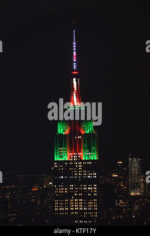 New York, USA. 23 Dec, 2017. The view of Empire State Building being lit up in green and red with a candy cane antenna - Stock Photo