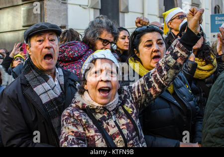 Barcelona, Catalonia, Spain. 24th Dec, 2017. Two participants seen shouting during the ceremony. The catalan sovereigntists - Stock Photo