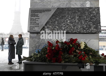Moscow, Russia. 25th Dec, 2017. The unveiling of a memorial at the Ostankino television centre to the journalists - Stock Photo