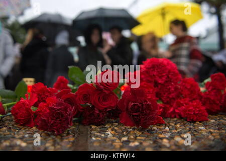Sochi, Russia. 25th Dec, 2017. People lay flowers on the seafront in Adler, Sochi, in memory of the victims of the - Stock Photo