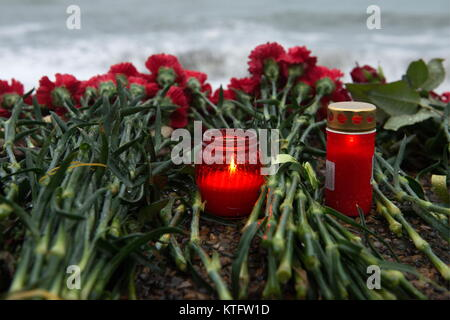 Sochi, Russia. 25th Dec, 2017. Flowers and candles left on the seafront in Adler, Sochi, in memory of the victims - Stock Photo