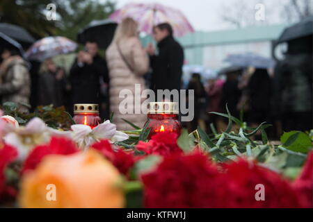 Sochi, Russia. 25th Dec, 2017. People lay flowers and light candles on the seafront in Adler, Sochi, in memory of - Stock Photo