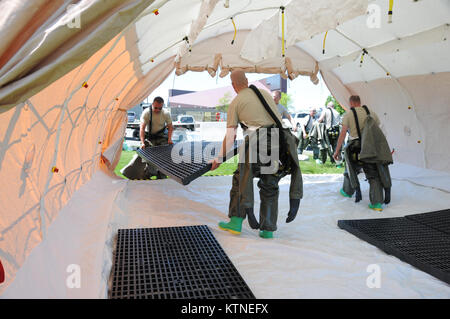 A team of U.S. Air Force Airmen from the 105th and 109th Airlift Wings. New York Air National Guard, install floor - Stock Photo