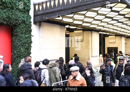 London, UK. 26th Dec, 2017. People queueing outside Selfridges in Central London for a post Christmas bargain on - Stock Photo