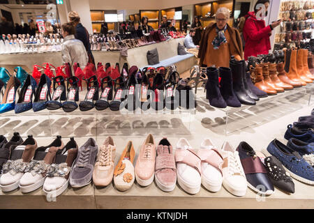 London, UK. 26th Dec, 2017. Shoppers hunt for bargains at the Selfridges department store Boxing Day sale in Oxford - Stock Photo