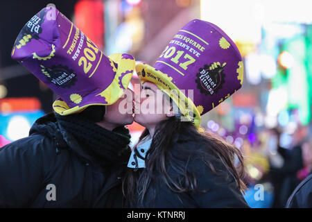 (171227) -- NEW YORK, Dec. 27, 2017 (Xinhua) -- Lover kisses each other during the New Year celebration at Times - Stock Photo