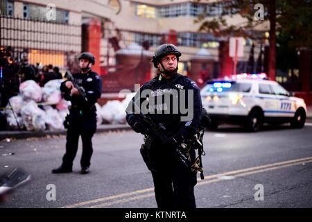 (171227) -- NEW YORK, Dec. 27, 2017 (Xinhua) -- Police officers stand guard near the site of an attack in lower - Stock Photo